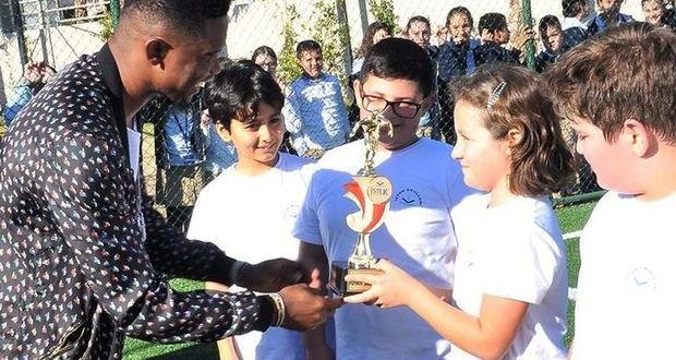 Samuel Eto'o'dan Öğrencilere Kupa