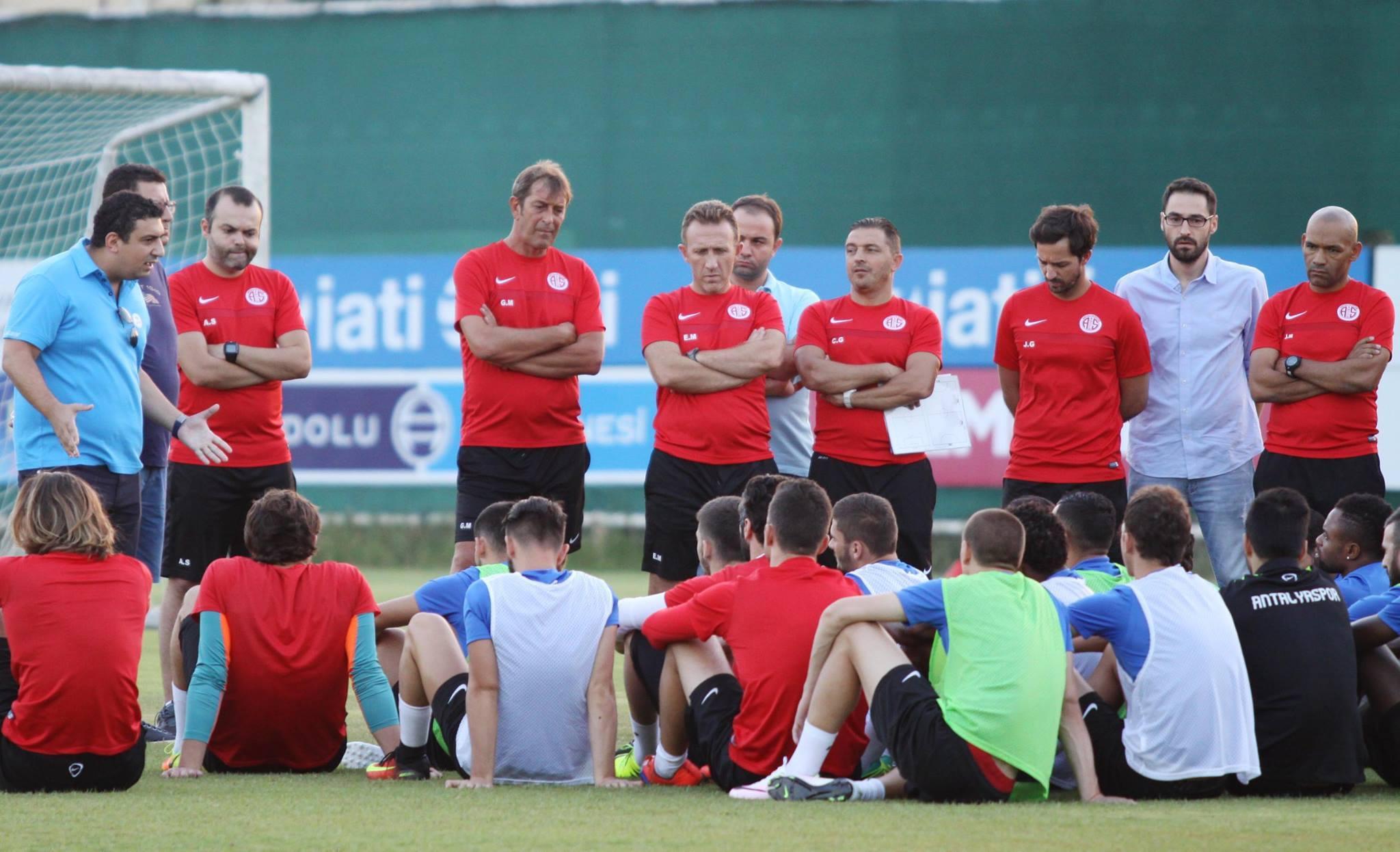 Öztürk'ten Futbolcularla Puan Toplantısı