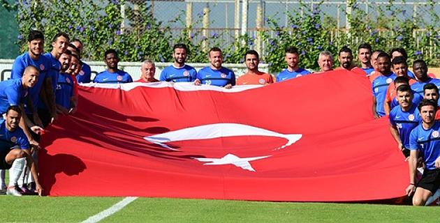 Futbolculardan Bayraklı Kutlama
