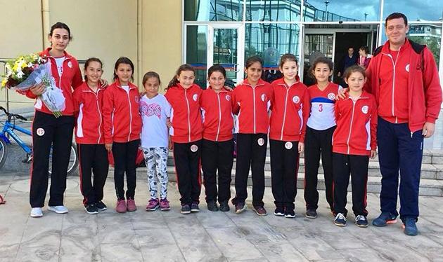 Minik Kızlar Voleybol Takımı Galibiyetlerle Başladı