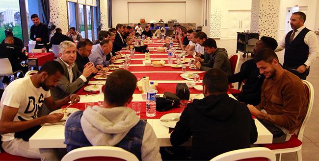 Yönetim ve Oyuncular Akşam Yemeğinde Bir Araya Geldi