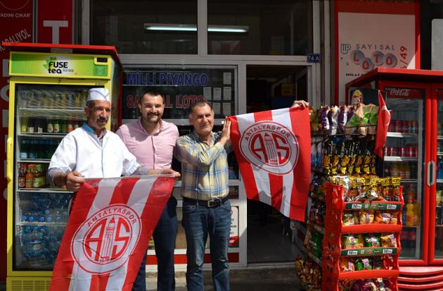 Antalya Esnafına Antalyaspor Bayrakları Dağıtıldı