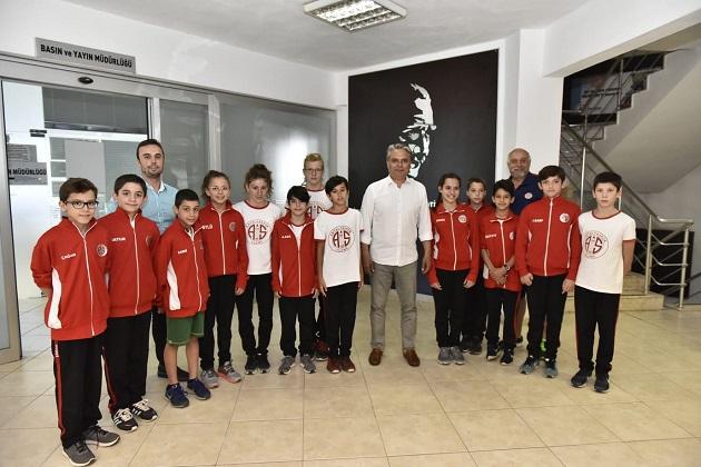 Minik Yüzücülerden Başkan Uysal'a Teşekkür