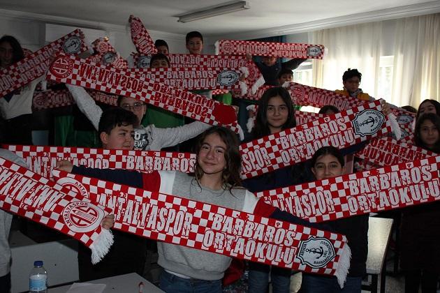Öğrencilerin Karne Hediyesi Antalyaspor Atkısı Oldu