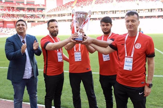 Ali Şafak Öztürk Şampiyon Takıma Kupasını Verdi